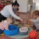 família compartint jocs a l'espai familiar